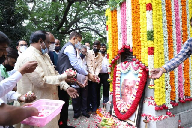 Gupta marks IPD Salappa's 24th death anniversary by garlanding his statue