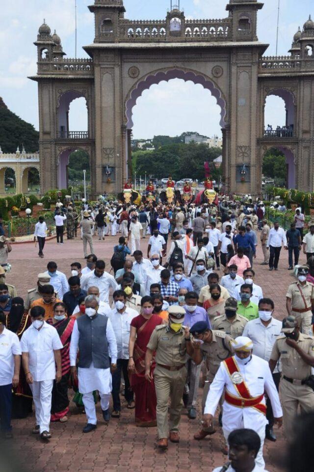 Minister meets & greets Dasara jumbos As fete countdown begins, Somashekhar stresses wearing of masks, social distancing