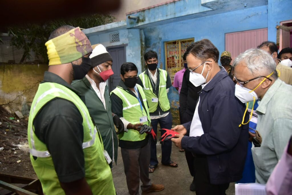 Poura karmikas' hazardous working conditions shocks BBMP boss Provide them with all the necessary safety gear, Gupta tells his team